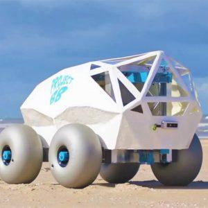 رباتی کوچک،که در یک لحظه ساحل را تمیز می کند.